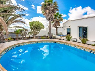 C3 Luxury Bungalow with pool 100 metres from sea!