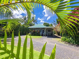 NEW LISTING! Cozy house w/ full kitchen, lanai, and easy beach access!