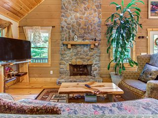 Dog-friendly lodge w/ two-level deck, patio & firepit - near hiking & tubing!