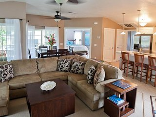 NEW LISTING! Beautifully decorated condo w/shared pool & hot tub