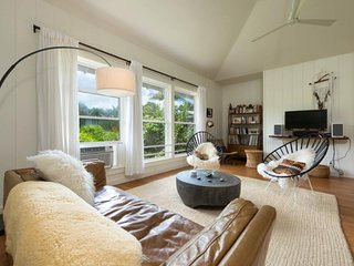 NEW LISTING! Luxurious house w/open layout, breezy lanai & entertainment