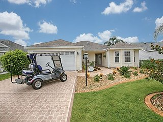 Close to Lake Sumter Landing with a complimentary 4-seater gas golf cart