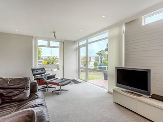 Marine Park - Cool, sleek architect-designed apartment with parking, wi-fi & ter
