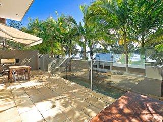 Hilton Esplanade, River frontage 1/9 Hilton Esp Noosaville
