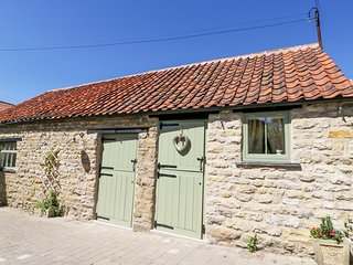 PUDDLEDUCK COTTAGE, open-plan, enclosed garden, near Pickering