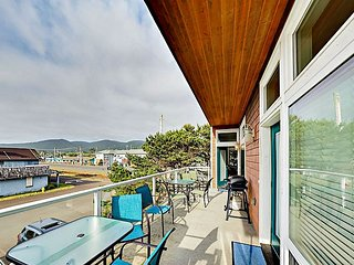 Walk to Beach! Upscale 1BR w/ Fireplace, Deck & Ocean Views