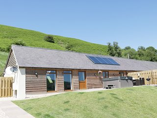 NO 1 BEACON VIEW BARN, open plan living, hot tub, countryside views, Ref 965450