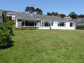 CAE GLAS, conservatory, enclosed garden, spacious retreat, in Pwllheli, Ref