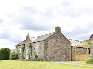 EAST CROSSTHWAITE COTTAGE, valley views, hot tub, in Middleton in Teesdale, Ref
