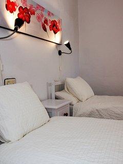 Ruime 3 persoonsslaapkamer met 2 bedden van 90 x 200 en 1 bed van 105 x 190 cm. Beddengoed aanwezig