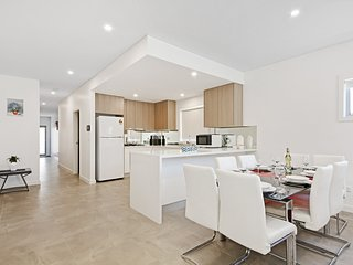 VILLA MERRYLANDS 7 A  - SYDNEY 5 Bdrm Spacious & Modern, Sleeps 10
