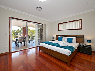 HOMELEA VILLA 10 -  SYDNEY, 5 Bdrm Sleeps 12, Public Transport Close