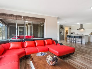 BULLA HILL 2 - MELBOURNE Spacious,Great Views, 6 Bdrms  Sleeps 12