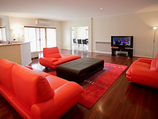 BULLA HILL - MELBOURNE Spacious, Great Views, Sleeps 10, Airport 10min