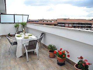 Attico con vista su Roma, fermata Metro A, wifi, A/C, terrazza, ben collegato