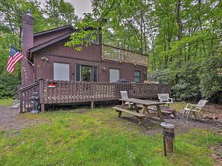 Cabin w/ Fire Pit & Decks - Walk to Lake Harmony!