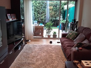 Bajo vivienda con jardin privado