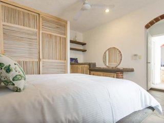 2 Bedroom Apartment close to the beach and 5th Av.