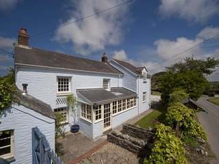 The Villa - Large Cottage - Sleeps 10+ - Enclosed Garden - Near Perranporth