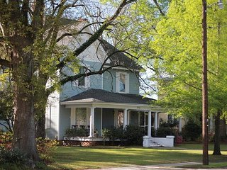 Charming Victorian Farmhouse 1 hr from Charleston; 10 miles from I-95 & 26