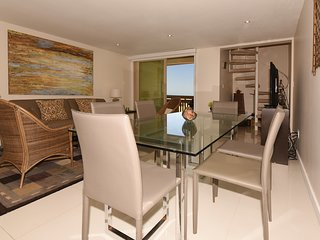 Seconds away from the Beach! BEACHVIEW balcony! Pet Friendly,WiFi, BAHIA MAR