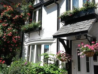 3 Water Street Cottage - Centrally located, 5 minutes walk to Llandudno Pier...