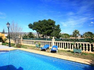 Villa coqueta y lujosa. Cerca de la playa de arena. Piscina y jardin. A/A.