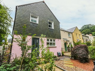 MARSHMALLOW HOUSE, flexible bedrooms, parking, enclosed garden, in St Austell