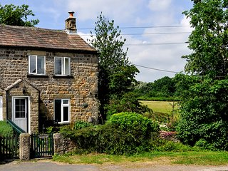 BRAMBLEWICK COTTAGE, countryside views, Fearby