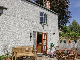 THE COTTAGE, stunning countryside views, near Cefn Mawr
