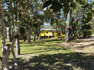 Yellow Cottage - 4 acres, 4 bedrooms, privacy in a sub-tropical bush paradise