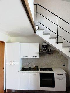 La cucina e la scala di accesso al secondo piano