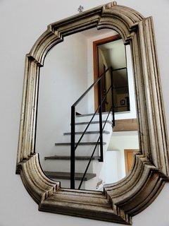 La porta della camera da letto dallo specchio sulle scale