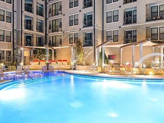 FREE PARKING! SoBe Elliston Apartment for 5!