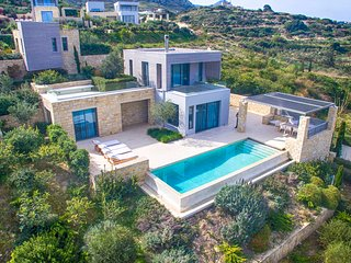 Charming villa with private pool and stunning views!