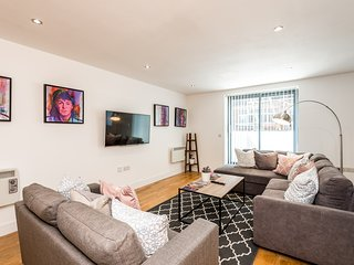 Gorgeous 2 bed Apt Right on L1's Doorstep!