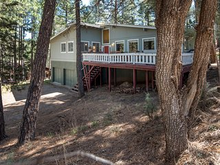 Luxury Cabin w/ WiFi, Fireplace, Grill, Hot Tub, Big Screen TV & Gameroom