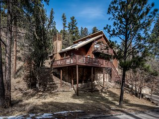 Luxury Cabin w/ WiFi, Fireplace, Grill, Jacuzzi, Big Screen TV & Outdoor Hot Tub