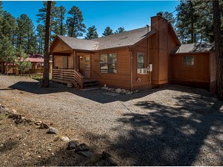 Luxury Cabin w/ Fireplace, Grill, Big Screen TV & Outdoor Hot Tub