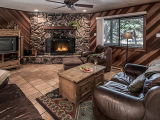 Luxury Cabin near Downtown w/ WiFi, Fireplace, Grill & Outdoor Hot Tub