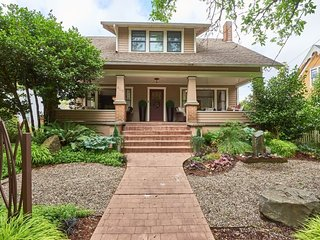 The Pearl: Luxury Pet-Friendly Historic Home in Downtown Newberg
