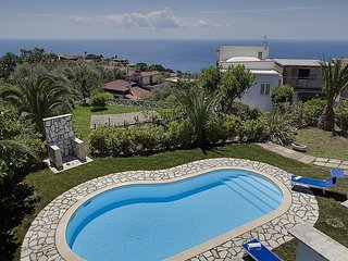 Villa Claudia with private Pool, Sea View, Jacuzzi, Garden and Parking