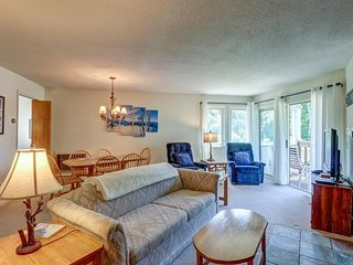 Cozy condo with shared pool & easy shuttle ride to Okemo Mountain Resort!