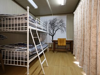 HAKONE Private Bunk Bed Room 1 mit Venetian Glass Museum Bus Stop Guesthouse B&B