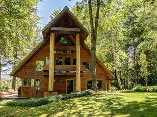 Beautiful & unique lodge w/ a furnished deck & mountain views - close to skiing