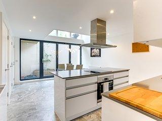 Modern 3bed 3bath Clapham house w/garden&parking