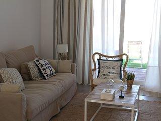 Bonita vivienda  unifamiliar adosada en dos plantas, con porche y jardín.