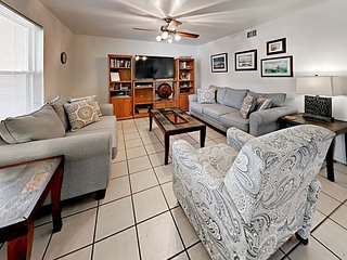 Light-filled 2BR Condo in Corpus Christi w/ Pool - Walk to Beach!