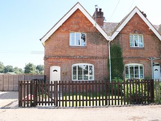 NEW PARK FARM COTTAGE, rural views, perfect for families, enclosed garden, in Br
