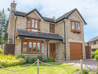 2 CARR FARM CLOSE, hot tub, in Glossop